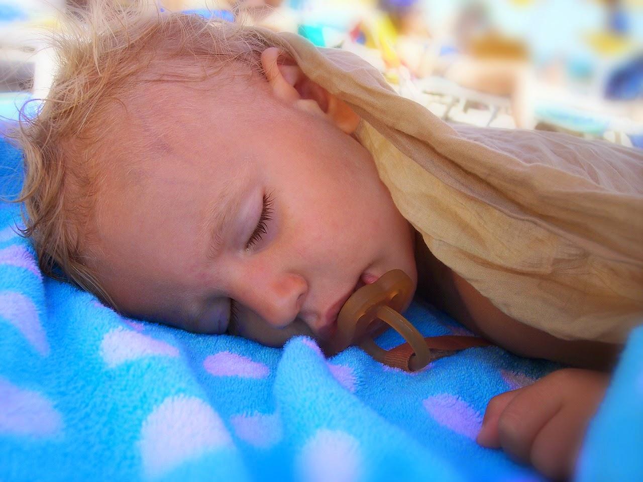 Baby schläft mit Nuckel