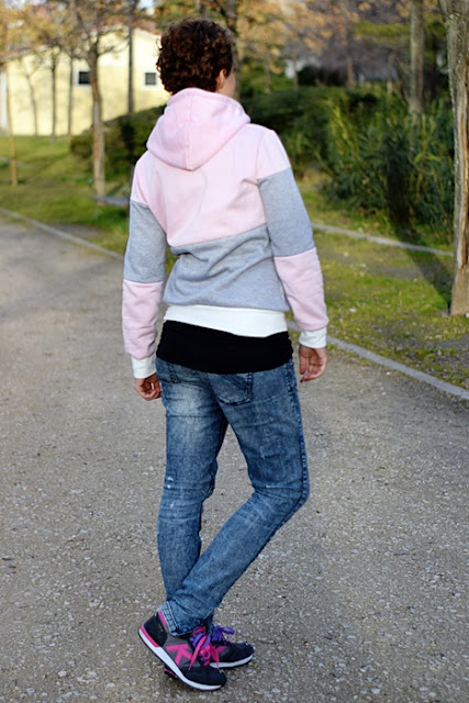 Outfit-sudadera-color-block-rosa-gris-4