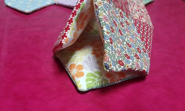Handbag Patchwork Quilt Tutorial. Instructions for sewing in a photo.