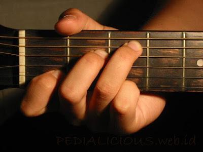 Cara Menekan Senar Chord C Major untuk Gitaris Kidal