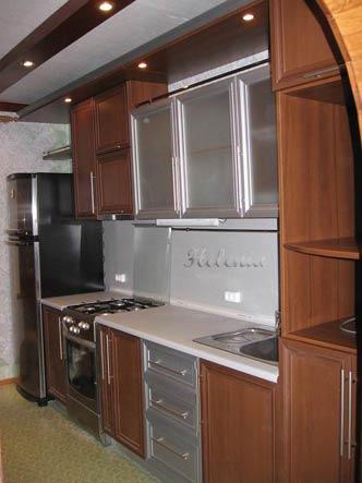 """Прямая кухня выполнена из рамочного МДФ с акцентами цвета """"алюминий"""""""