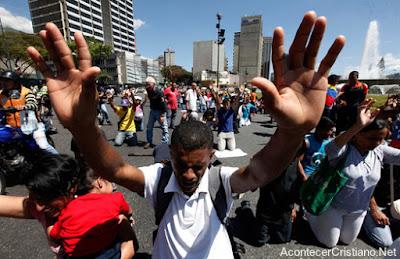 Cristianos orando en la calle por la paz en Venezuela