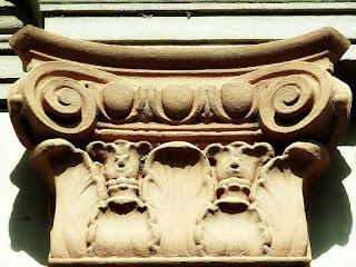 Detalhes esculpidos em arenito. Coluna externa da Igreja Santíssima Trindade, Nova Palma (RS)