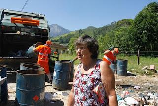 Moradora há 40 anos de Vieira, Dulcinéia Cabral, ficou contente com a passagem do caminhão