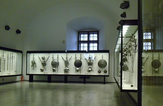 Zamek Królewski na Wawelu. Sala z bronią sieczną i kłującą.