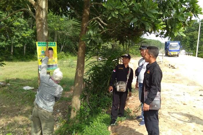 Polisi Awasi Penertiban Ratusan APK Oleh Bawaslu Kecamatan Gunung Terang