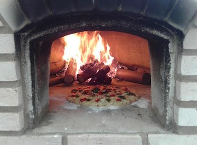 Este forno aquece pizzas e corações.