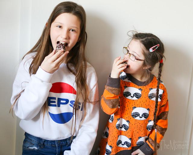Louisa und Jolina essen einen bunten Schaumkuss