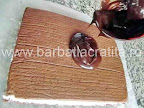 Prajitura cu cocos preparare reteta - intindem glazura de ciocolata pe partea de sus a blatului