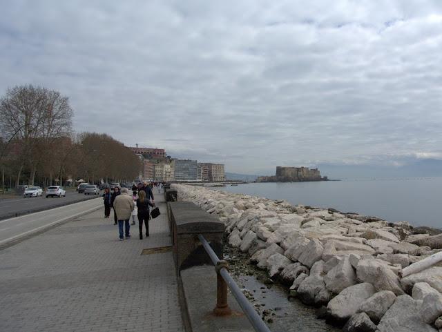 nabrzeże, spacer promenadą w Neapolu