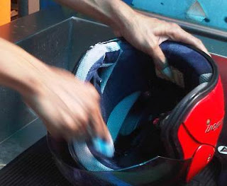 cara hemat cuci helm sendiri.