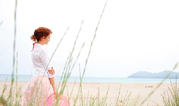 moça olhando para o mar pensativa