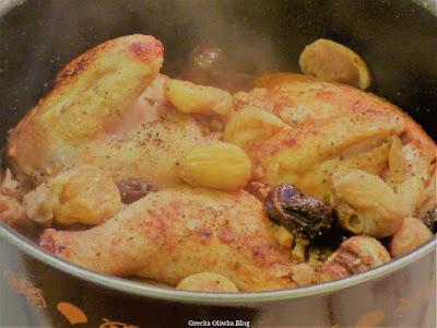 w garnku potrawa: skrzydełka kurczaka śliwki i kasztany