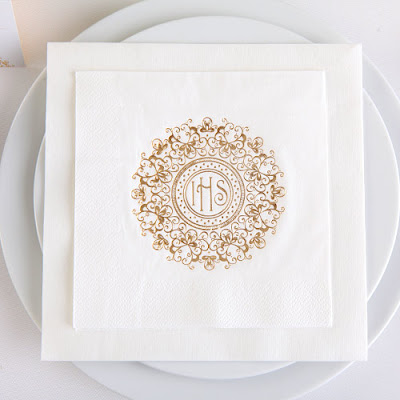 Motyw Złotej Hostii w nowoczesnej aranżacji na stół komunijny