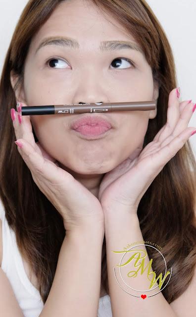 一张凯西娃娃软眉笔和汤匙刷审查在阴影热褐色照片。
