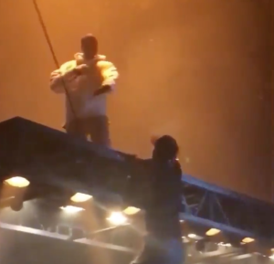 Fanático intenta subirse al escenario de Kanye West en concierto (VIDEO)