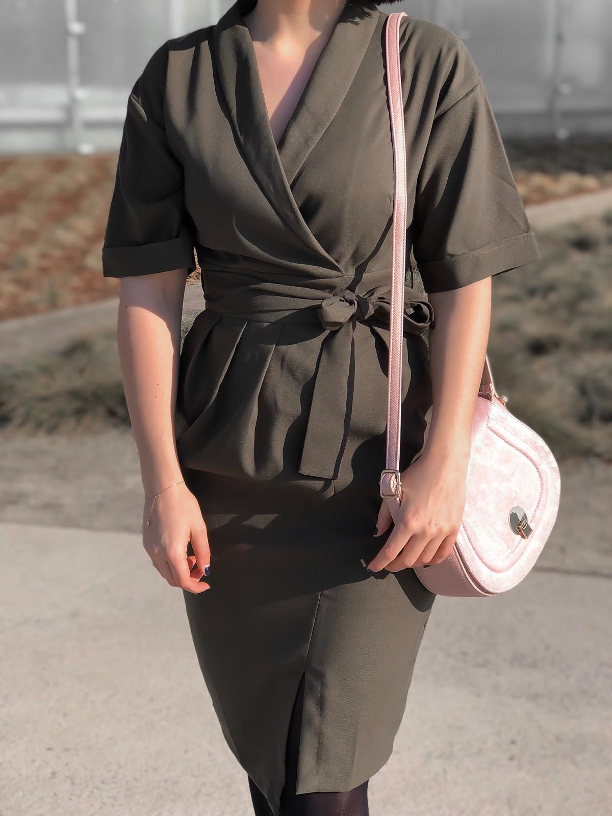 oliwkowa sukienka, sukienka khaki, khaki, kopertowa sukienka, elegancki look, czarna ramoneska