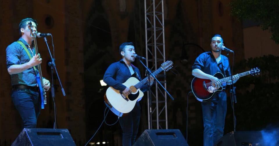 Cantan y bailan mazatlecos con La Hora Municipal | Entre Veredas