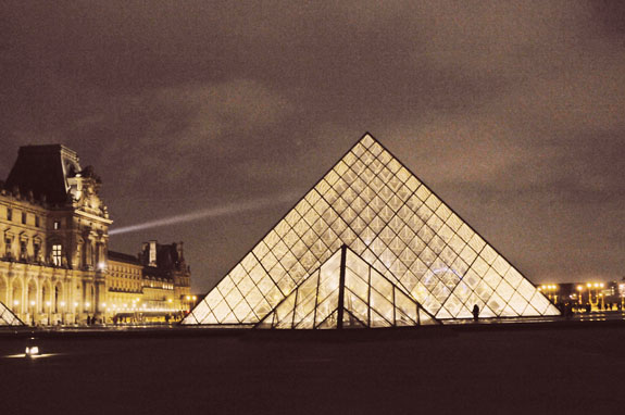 places to visit in paris in 2 days the louvre at night
