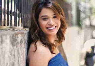 Artis-Penyanyi-Wanita-Bollywood-Shalmali-Kholgade