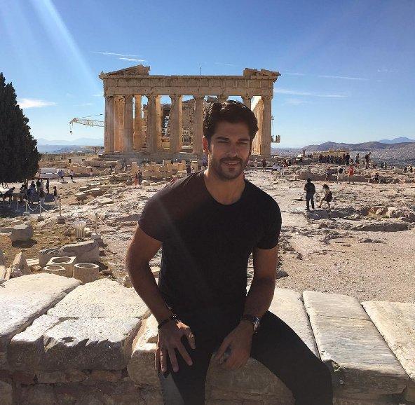 Πανζουρλισμός από ελληνίδες θαυμάστριες για τον Τούρκο ηθοποιό Μπουράκ Οζτσιβίτ στην Ελλάδα (βίντεο)