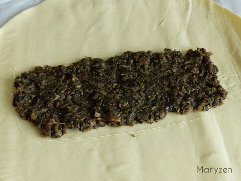 Étalez la moitié du mélange champignons-marrons.
