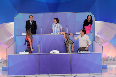 """Pela primeira vez, Silvio tomou o famoso choque na cadeira. """"Não dói. Dá susto. Mas não vou ficar sentado. Eu não"""", brincou. (Crédito: Lourival Ribeiro/SBT)"""