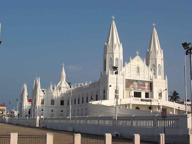 A basílica de Vailankanni junto ao mar ficou inteiramente envolta pelo tsunami, mas a água não entrou nela