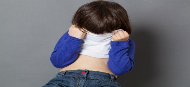 criança levantando a camiseta para tampar o rostinho, deixando a barriguinha a mostra