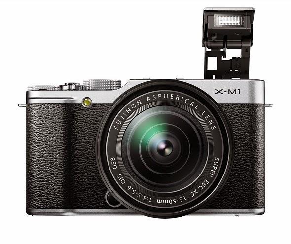 Fotografia della Fujifilm X-M1 con lo zoom 16-50mm ed il flash pop-up