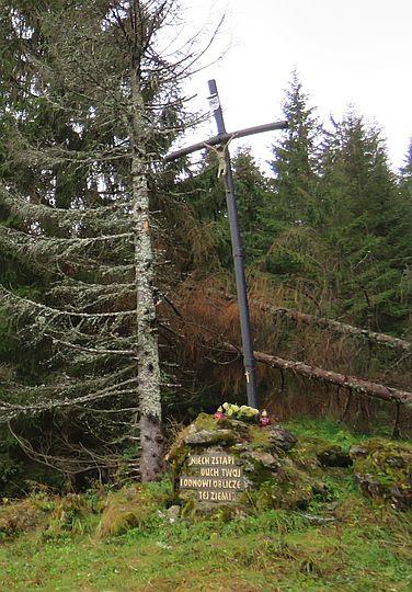 Krzyż papieski na obrzeżach Polany Miętusiej.