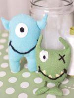 http://homemanualidades.net/hacer-unos-monstruos-de-fieltro-para-ninos/