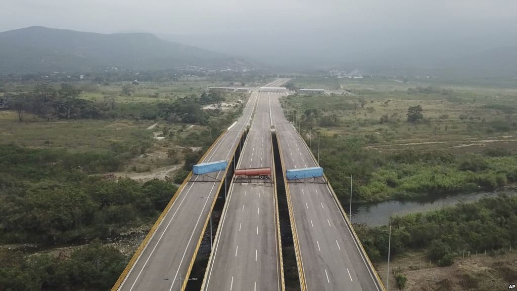 60 toneladas de ayuda humanitaria reunidas por Estados Unidos parten a la frontera / AP