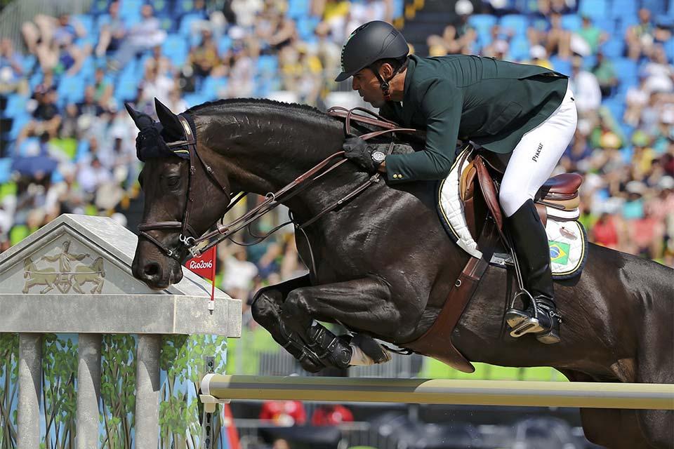 O cavaleiro Doda Miranda fica em nono lugar nos saltos individuais. Foto: Reuters/Tony Gentile/Direitos Reservados