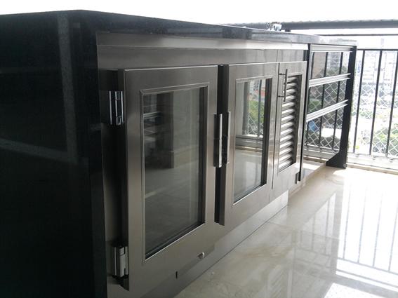 balcão refrigerado em aço inox, portas com vidros elétricos, rodapé e gaveta para degelo.