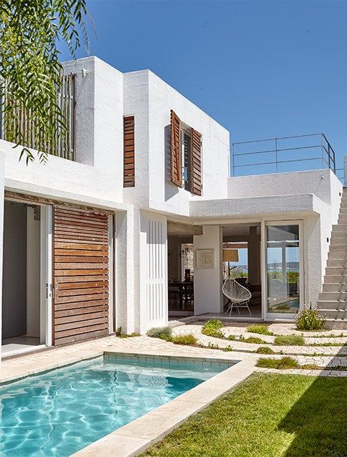 Una preciosa casita de playa mitad marinera, mitad contemporánea chicanddeco