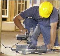 Trabalhador sob efeito de uma máquina de ruído intermitente
