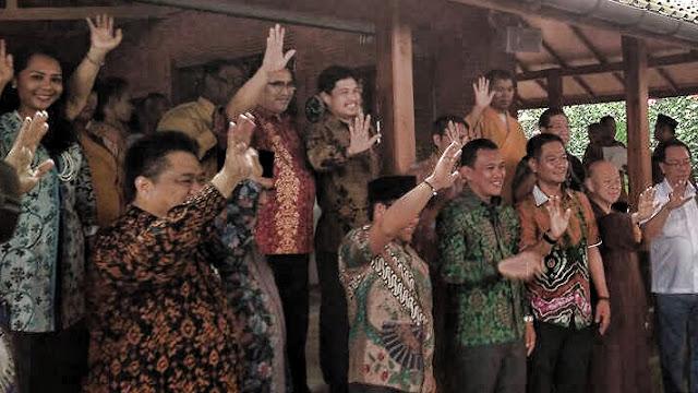 Dalam upayanya menyerukan persatuan, Abdul Muhaimin Iskandar atau lebih akrab disapa Cak Imin mengundang para tokoh lintas agama serta lintas partai politik untuk duduk bersama di pendopo rumahnya di Ciganjur, Jakarta, Selasa.