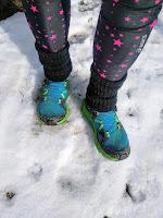 雪の上にブルーのシューズで立つ足元
