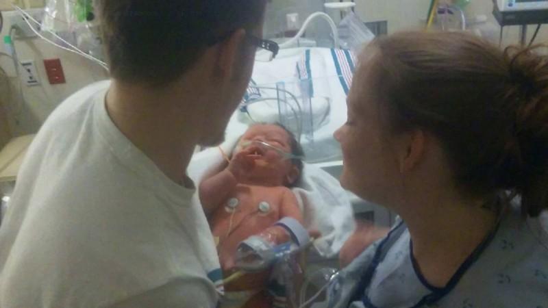Alicia Zeek dan Zachary Smith bersama bayinya