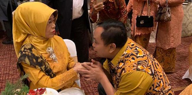 Arief Poyuono Sungkemi Ibunda Jokow