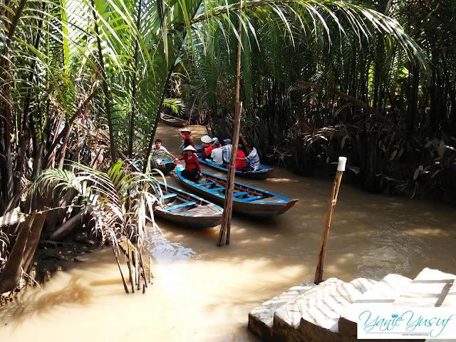 Vietnam ,Bersampan Menyusuri Sungai Pokok Nipah