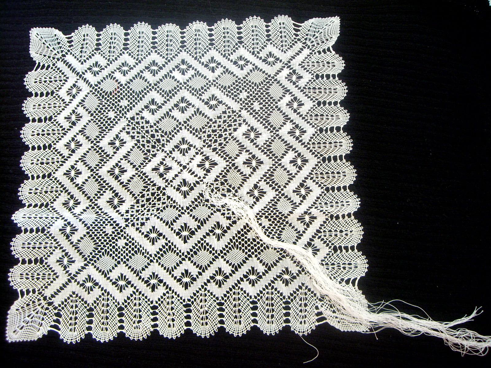 Pañuelo de onda de pluma de encaje de bolillos y su patrón