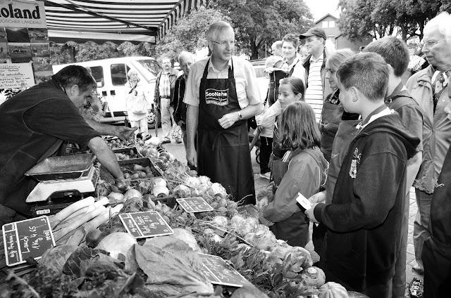 Dr. Rainer Lauf vom Regionalbündnis Soonwald-Nahe auf dem Wochenmarkt