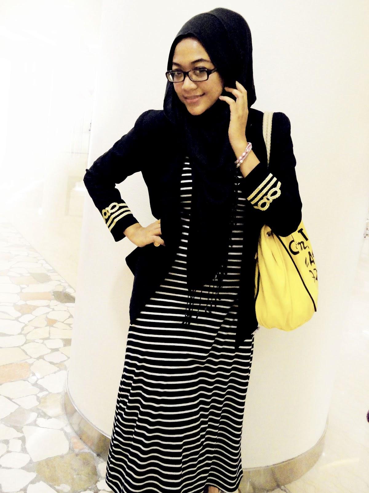 Tanpa perlu repot, tambahkan aksesori statement necklace atau earrings. Model Baju Muslim Casual Stripped | Tutorial Hijab