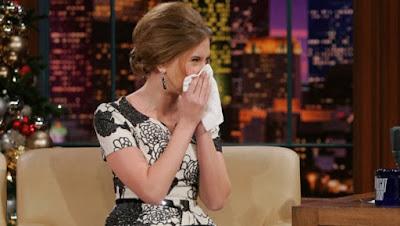 How_to_treat_your_dry_nose_when_sick sneeze cold  كيف تتعاملين مع جفاف واحمرار أنفك بعد الأنفلونزا برد سخونة زكام امرأة مزكومة