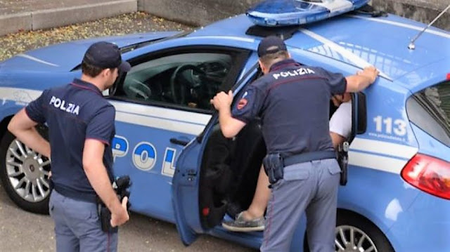 Foggia, giovane ruba 5 bottiglie di liquore in supermercato, la Polizia lo arresta