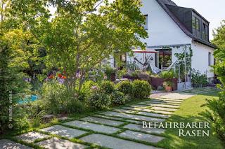 Zufahrt Einfamilienhaus aus großen Platten und befahrbarem Rasen