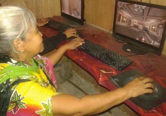 Foto Seorang Nenek Bermain Game Online Point Blank
