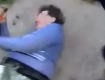 Adolescente golpea Brutalmente una Anciana